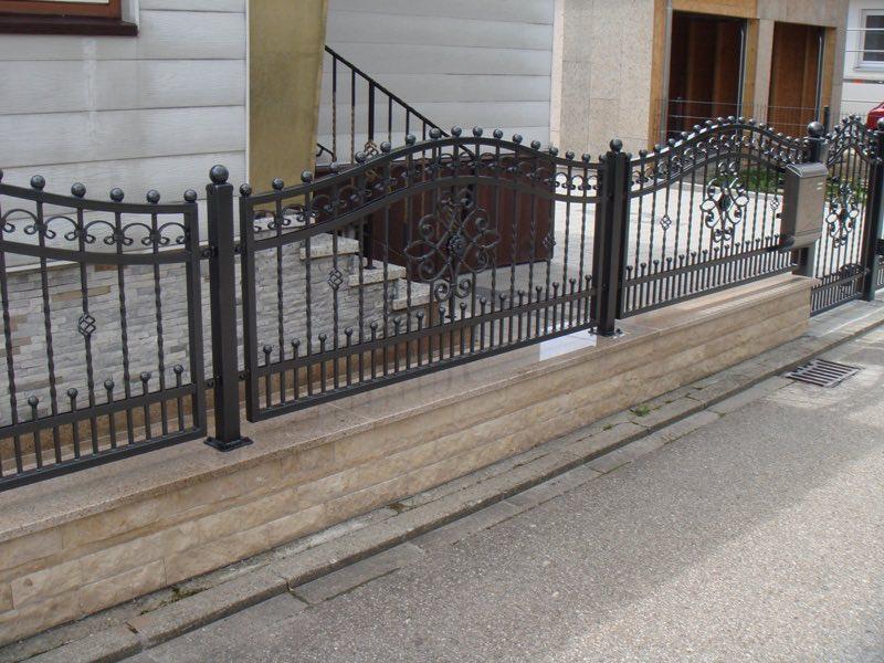 Aus Schmiedeeisen gefertigte Zäune